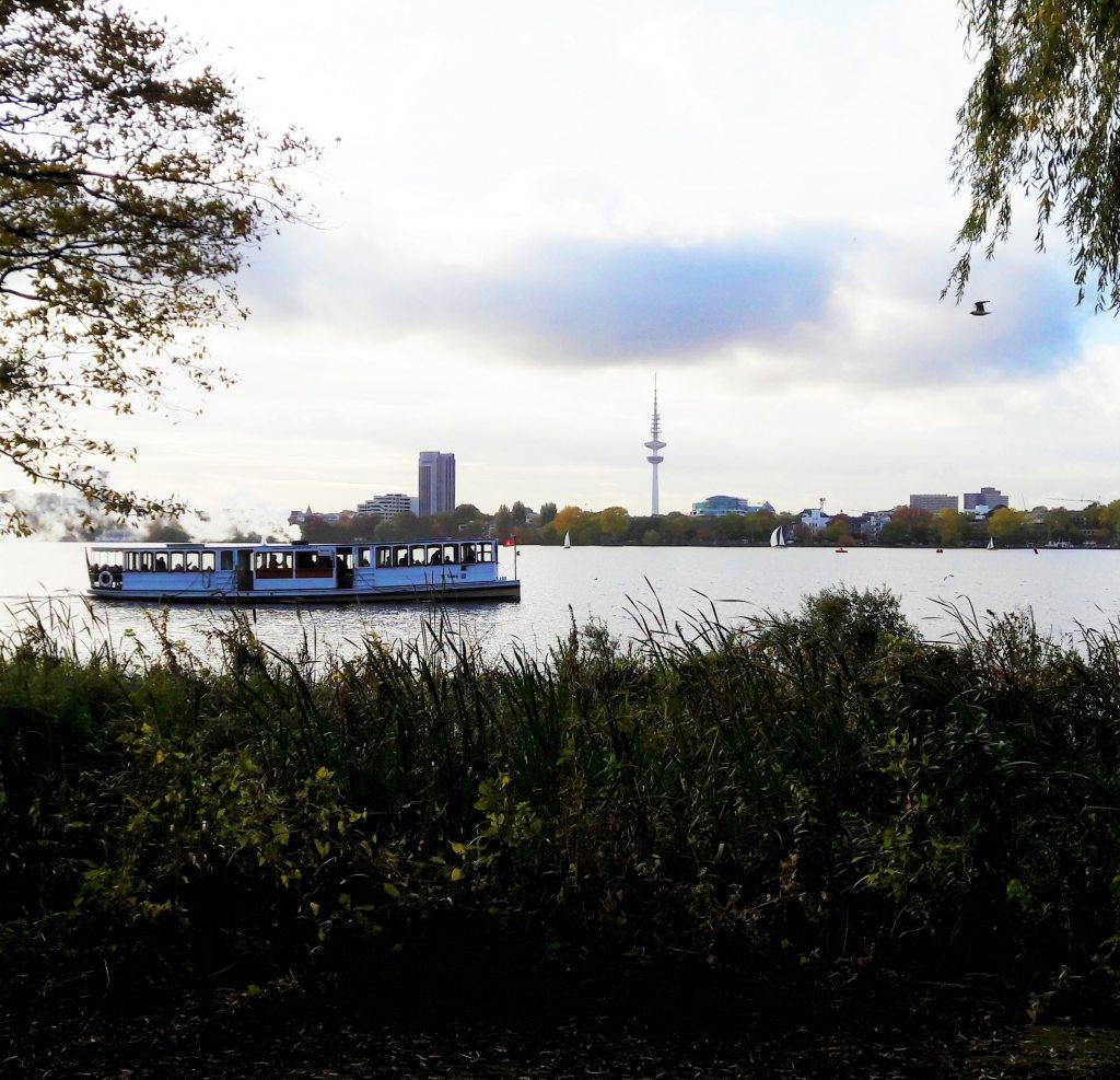 typisch-hamburch-panorama-mit-alsterdampfer-segelbooten-telemichel