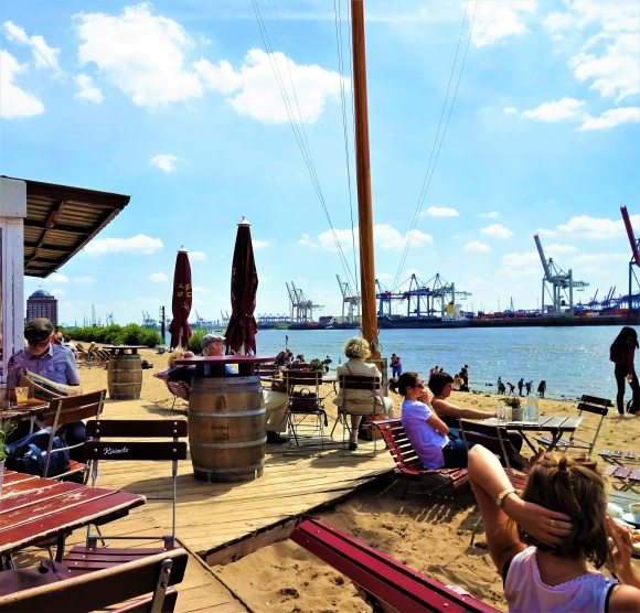 Strandperle Elbe Hamburg im Sommer