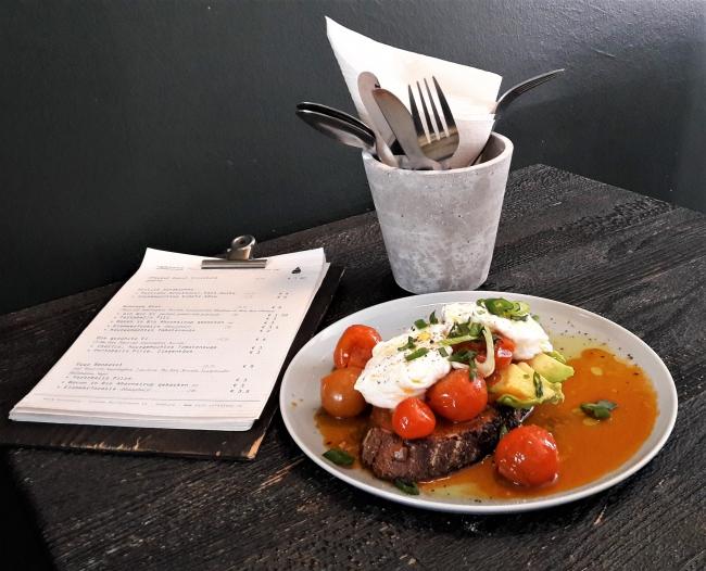 Eggs Benedict mit Avocado auf Sauerteigbrot in der Rain Cafeatery Hamburg Ottensen