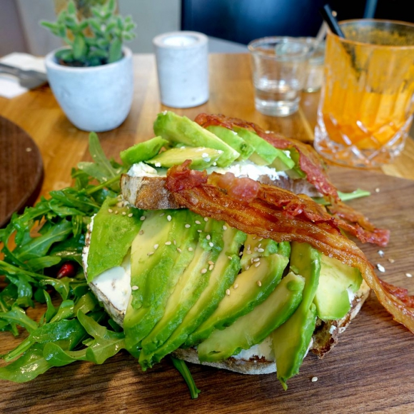 Stullen in Hamburg: Avocado Toast beim Kropka