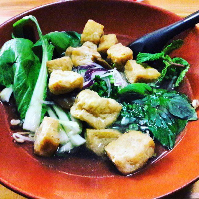 Glasnudelsuppe mit Pak Choi und Tofu im Vietnamesischen Restaurant Vu St.Pauli