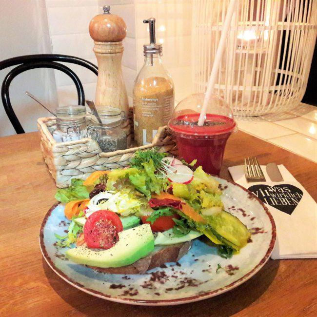 Avocado Stulle und Smoothie im was wir wirklich lieben in Hamburg Eppendorf
