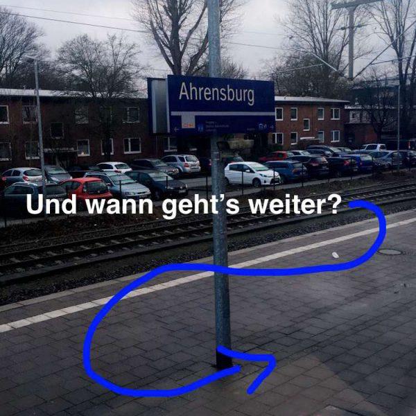 Die typischen Leiden eines Hamburg Pendlers- wartend auf dem Gleis. Genug Zeit für seine Snapchat Story