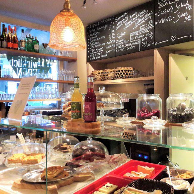 Salate Snacks und Smoothies im was wir wirklich lieben in Hamburg