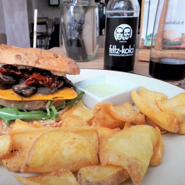 vegan Vitaly Burger mit Pommes im Froindlichst Ottensen