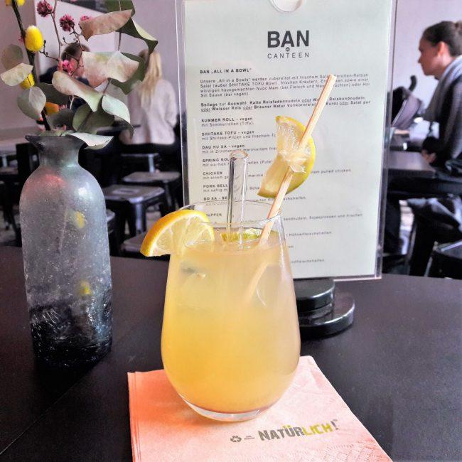 hausgemachte Limetten Limonade mit Glas Strohhalm in der BAN CANTEEN