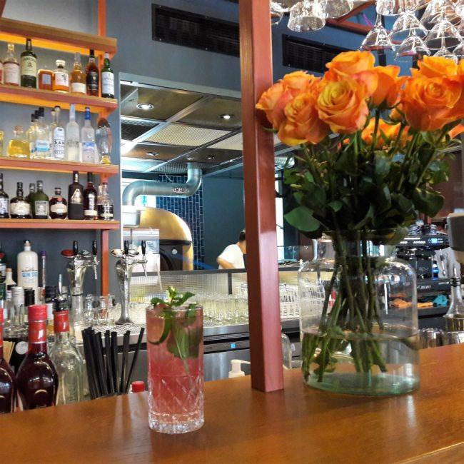 Drink an der Bar im Pizza Social Club Hamburg Winterhude