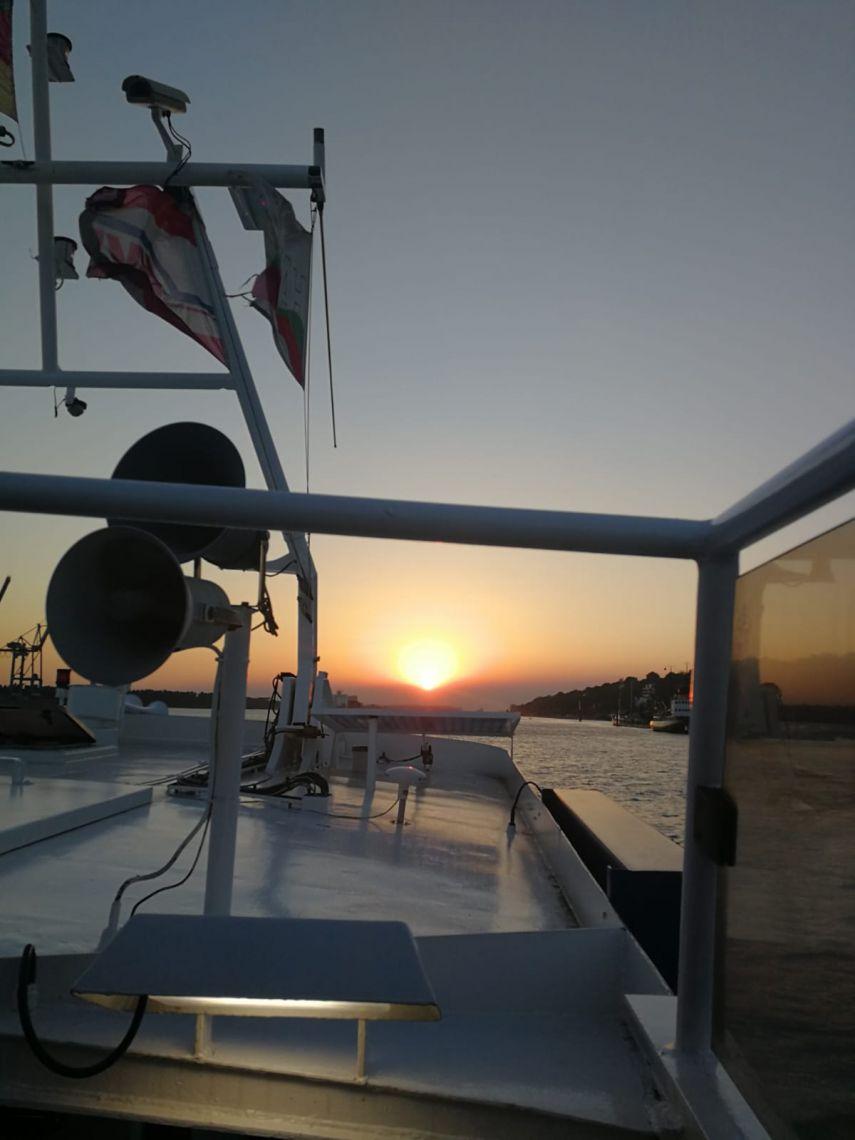Schiff auf dem Wasser während eines Sonnenuntergangs
