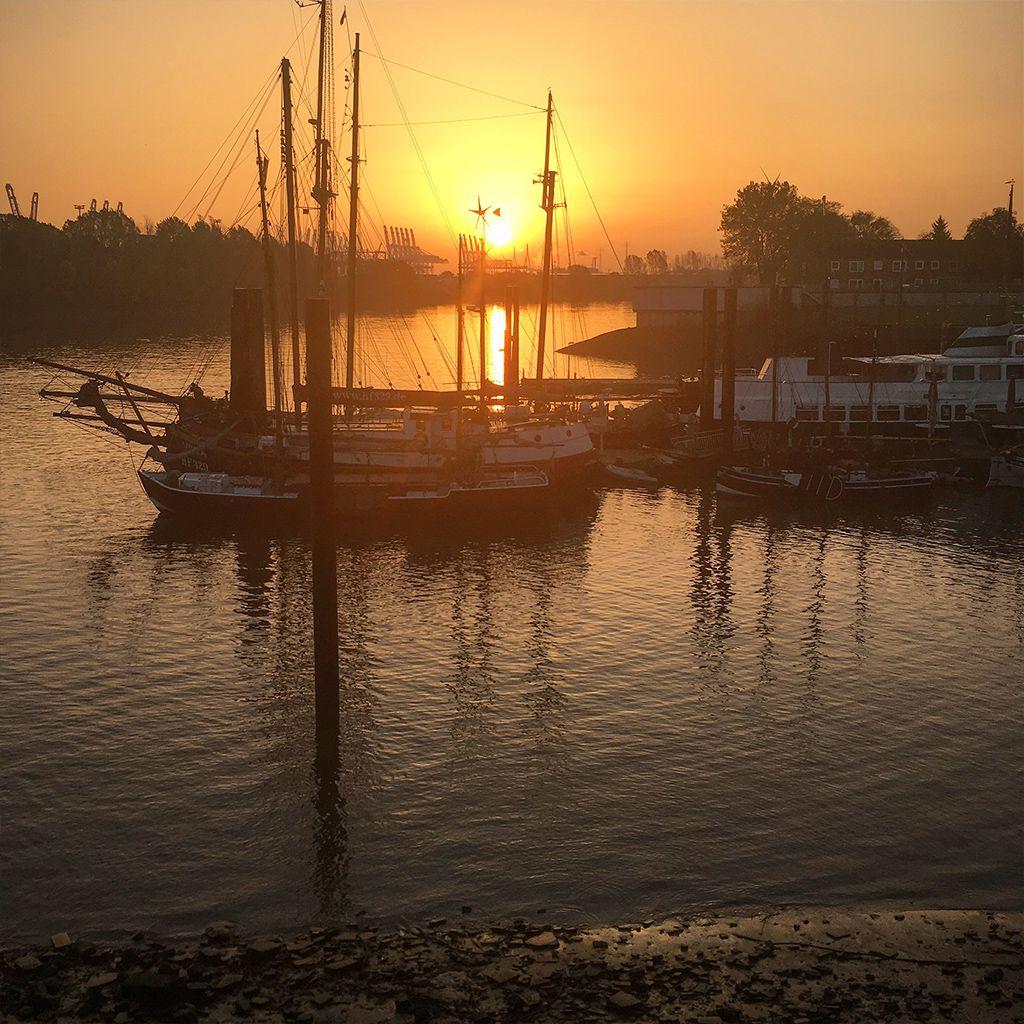 Sonnenaufgang am Kutterhafen von Finkenwerder