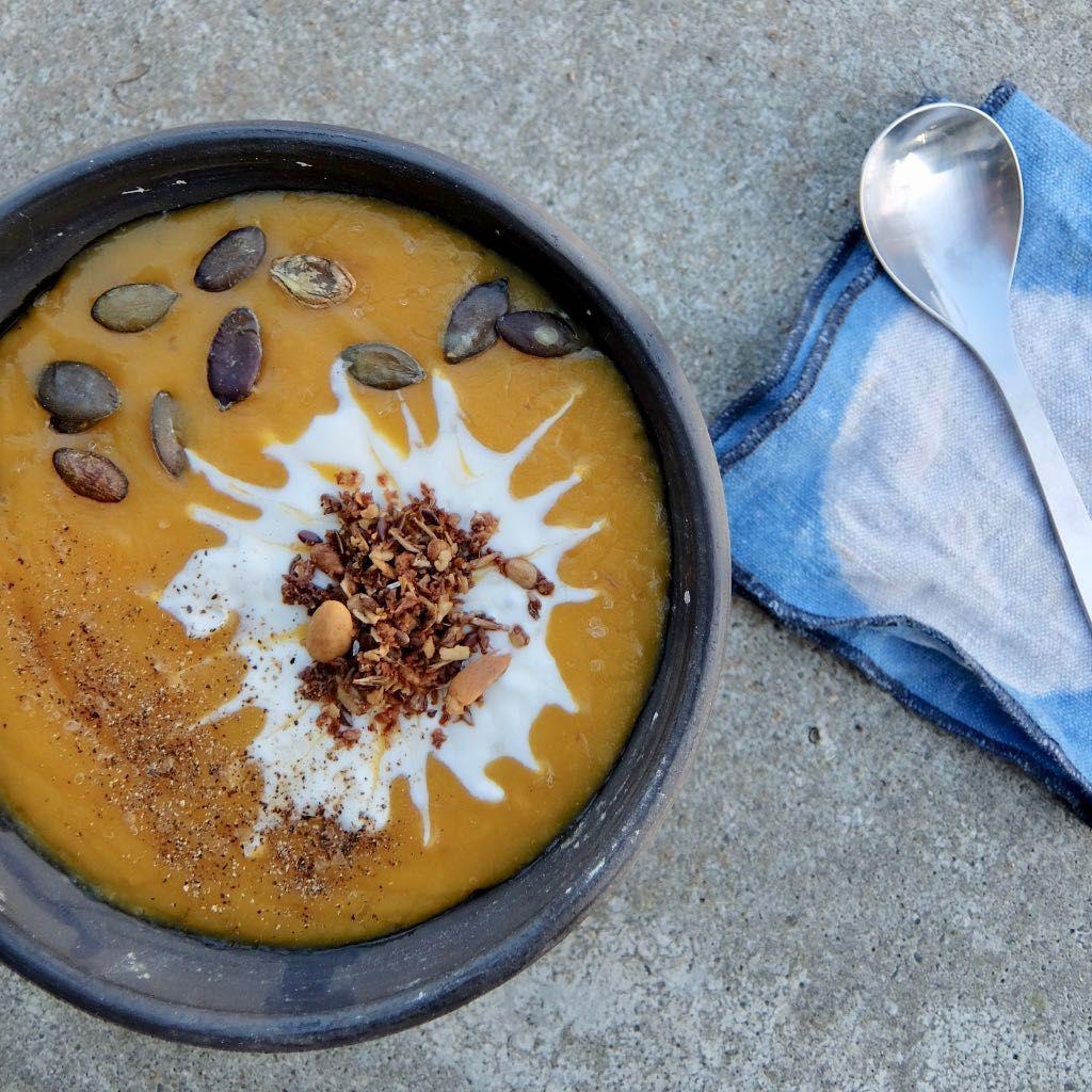 Granola auf einer Kürbissuppe