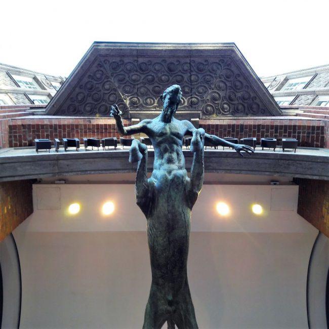 Taurus Statue Eingang Levante Haus Hamburg