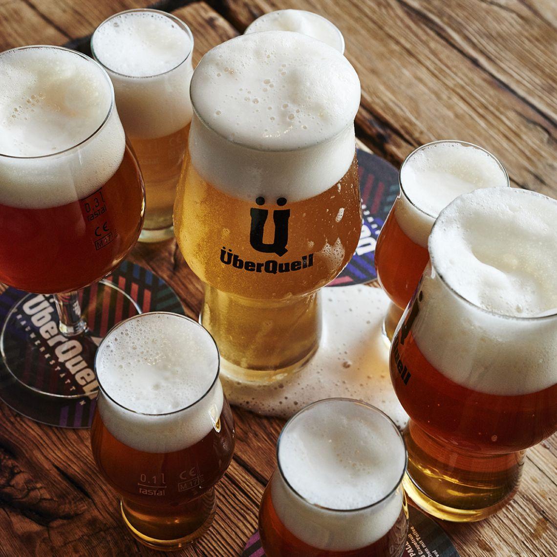 Handgebrautes Bier im ÜberQuell Restaurant -  ÜberQuell in St. Pauli
